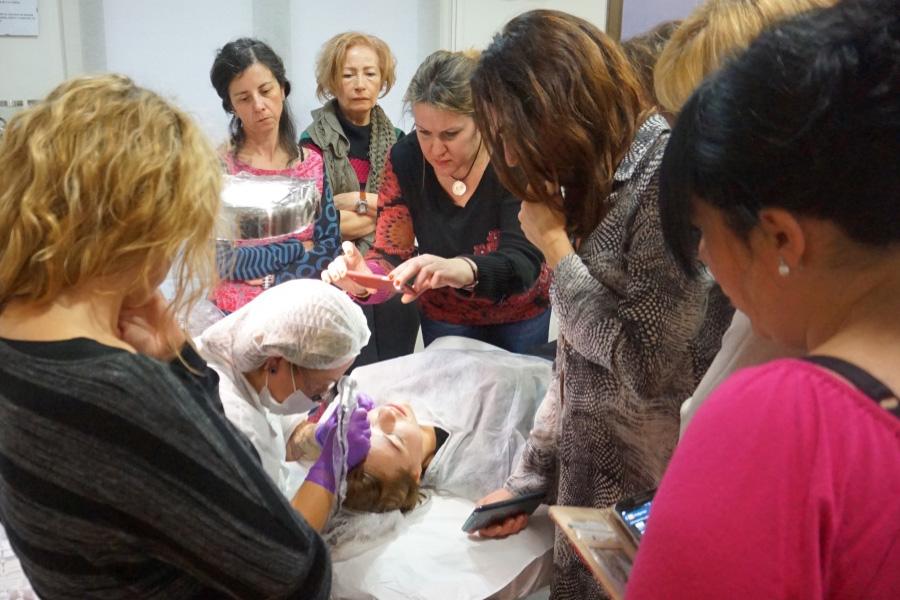 Imagen de un curso básico en micropigmentación con Manoli Hernández