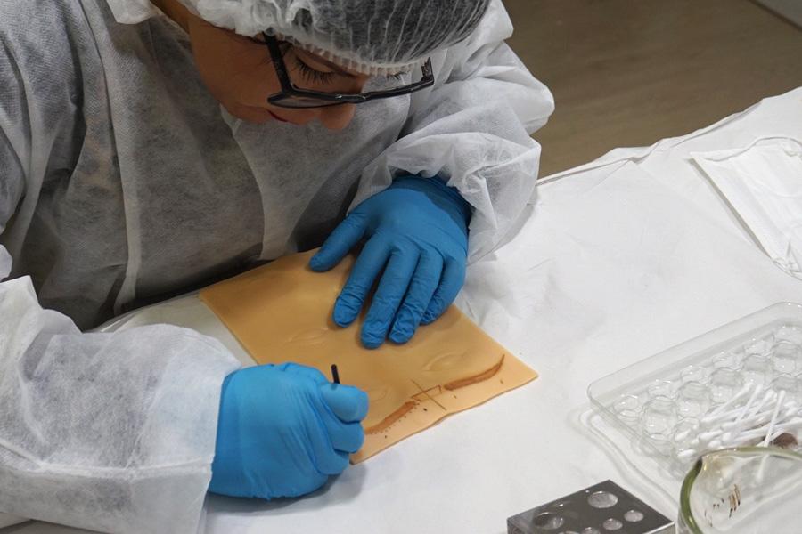 Imagen de un curso profesional en micropigmentación con Manoli Hernández
