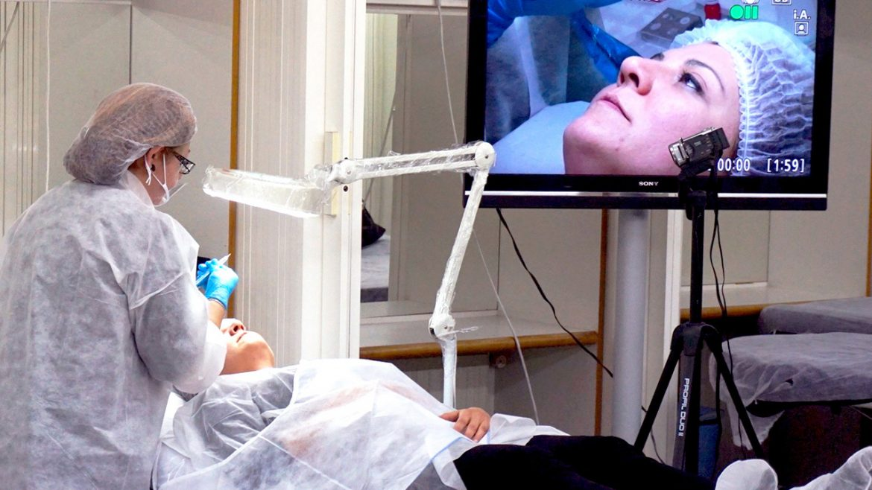 Demostración de un tratamiento de micropigmentación de labios en el Instituto de estética Salvador Seguí