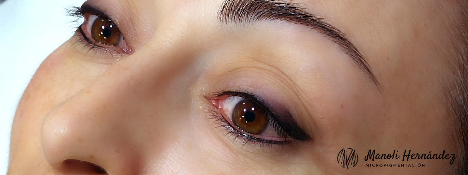 Resultado de un tratamiento de micropigmentación facial en ojos (eyeliner con sombreado)