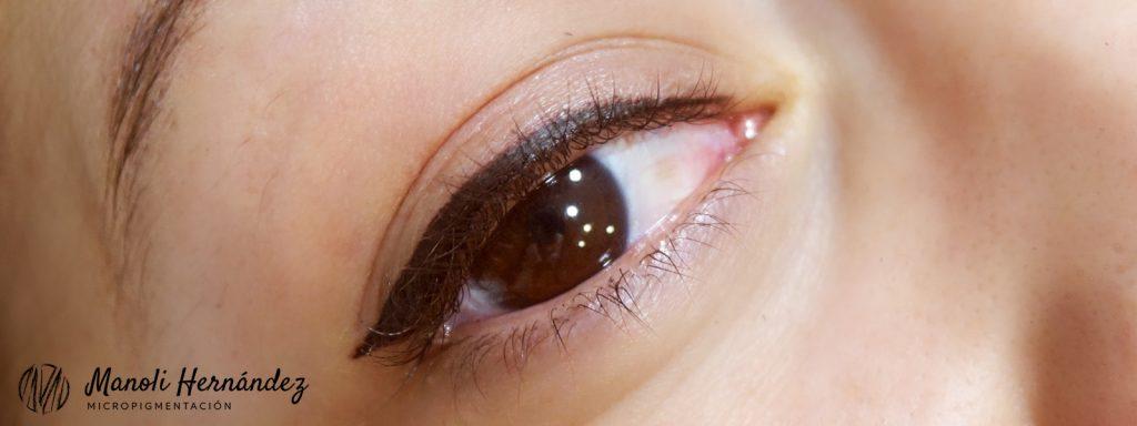 Antes y después de un tratamiento de micropigmentación facial en ojos (eyeliner superior)